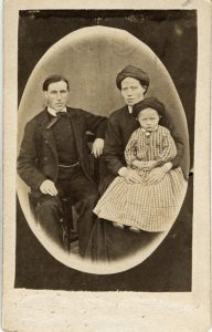Makarna Göran Nilsson och Märet Abrahamsdotter med dottern Kerstin. Bilden tillhör Ruth Jönses