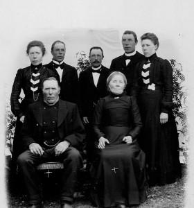 Farmorsfar Per Andersson och farmorsmor Margareta Olofsdotter och 5 av de 7 barnen. Farmor Kristina längst t.v.
